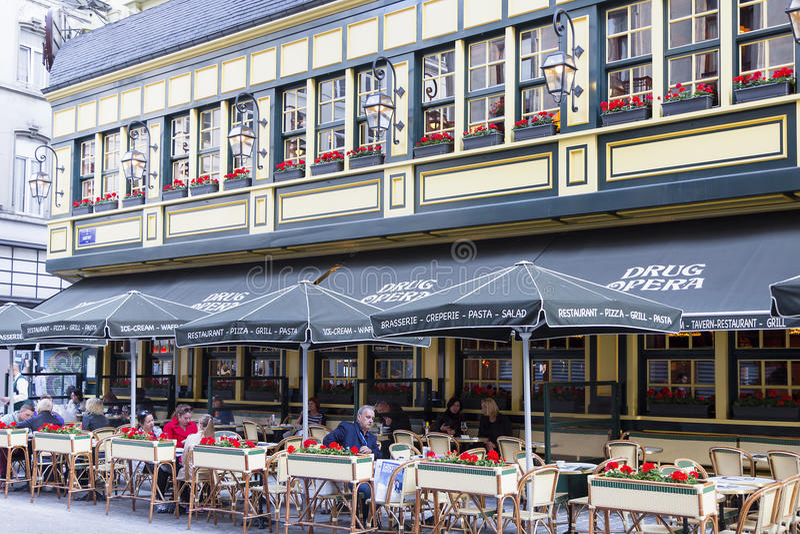 Bruselas, Bélgica, el 25 de junio de 2015: Restaurante en Bruselas, Bélgica imagen de archivo libre de regalías