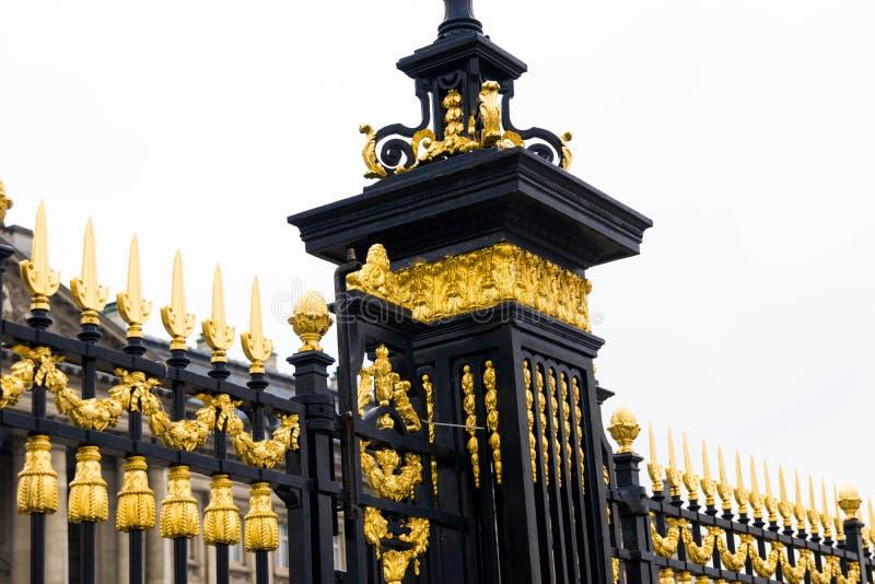 Bruselas/Belgium-01 02 19: Cercas del oro del palacio real en Bruselas Bélgica imagenes de archivo