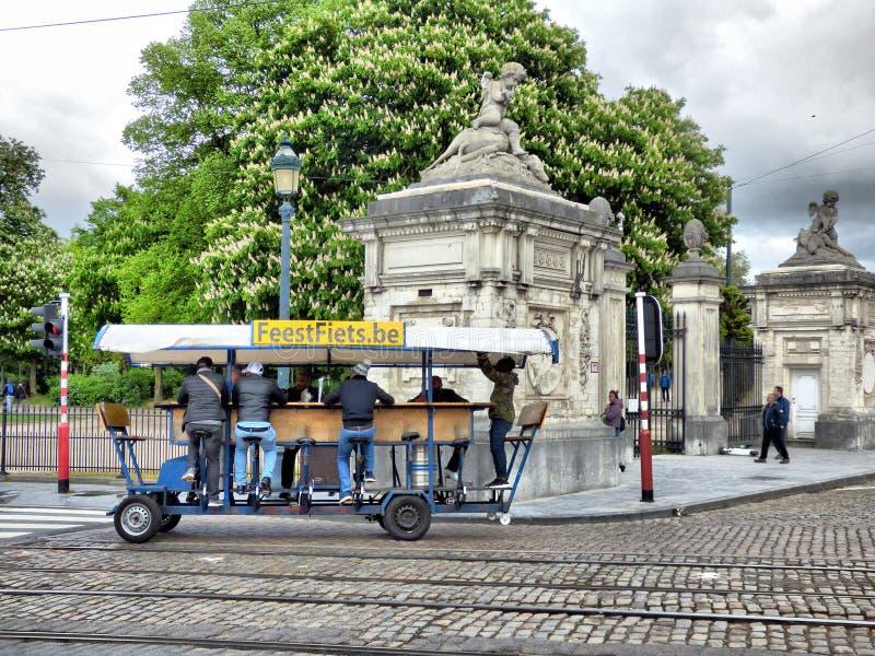 BRUSELAS - 26 DE ABRIL: Turistas que montan la bicicleta de la cerveza cerca del parque real en Bruselas Foto tomada el 26 de abr fotos de archivo