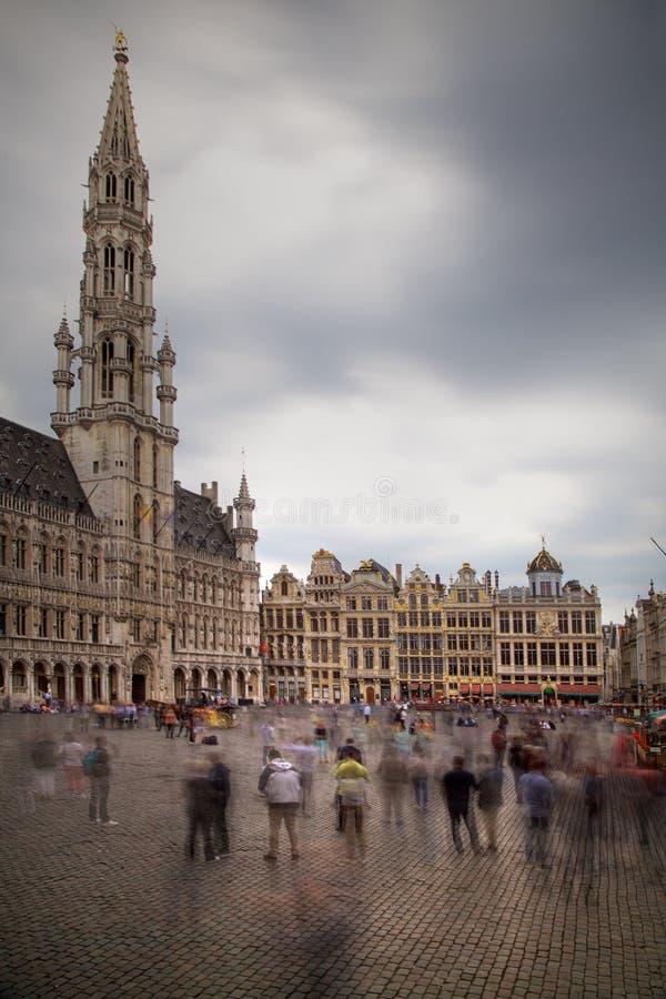 Bruselas Grand Place con los turistas imagenes de archivo