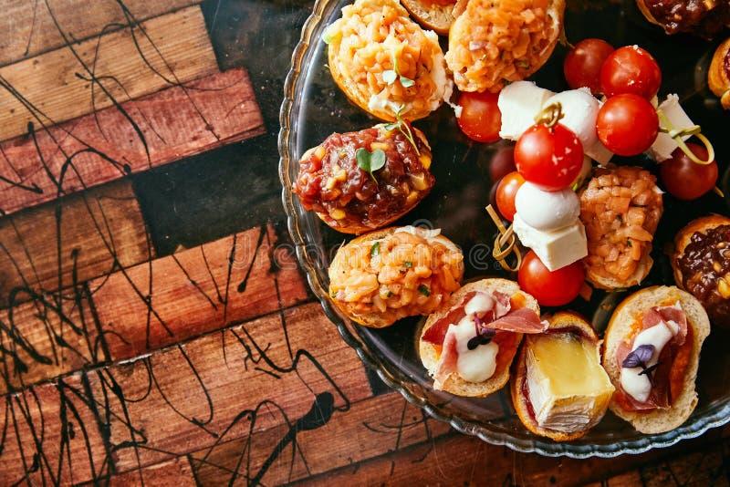 Brushetta lub tradycyjni hiszpańscy tapas Zakąsek antipasti włoskie przekąski ustawiać z winem Odgórny widok i mieszkanie kłaść z zdjęcia royalty free