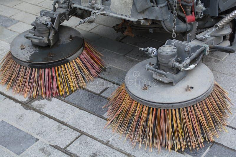 Brushs der Straßenreinigungsmaschine auf Straße Detail einer StraßenfegerMaschine/des Autos, welche die Straße säubern lizenzfreies stockfoto