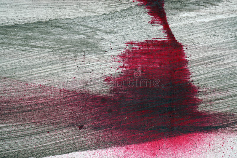 Brushstroke με το μαύρο και κόκκινο χρώμα στο σκονισμένο φράκτη μετάλλων στοκ φωτογραφίες με δικαίωμα ελεύθερης χρήσης
