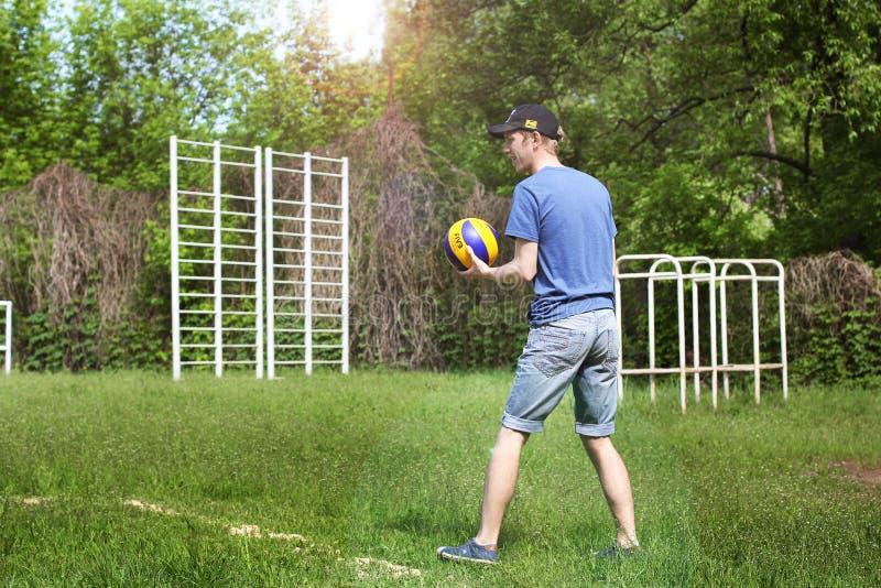 Brusilov, de Oekraïne - Mei 9, 2018: Atletisch kerel speelvolleyball in de zomer royalty-vrije stock afbeeldingen