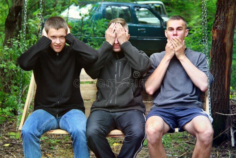 Brusilov, Ukraine - 13. Juli 2017: Drei Kerle im Wald sitzen auf einem Schwingen Lustige Kerle Abstraktes Foto stockfotos