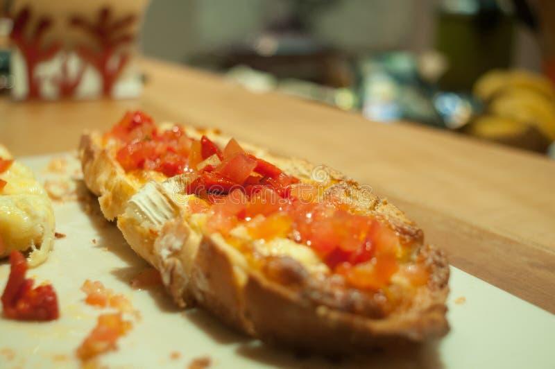 Brusqueta met Italiaanse tomaten en kaas royalty-vrije stock afbeelding