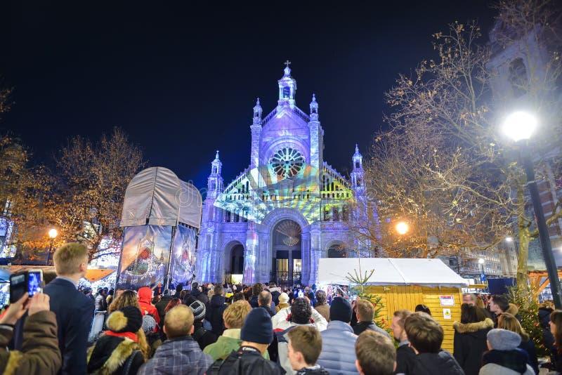 BRUSSEL, BELGIË - DECEMBER 05 2016 - de Lichtengeluid van de Kerstmisorigami en lichten tonen op de Heilige Catherine Church stock foto's