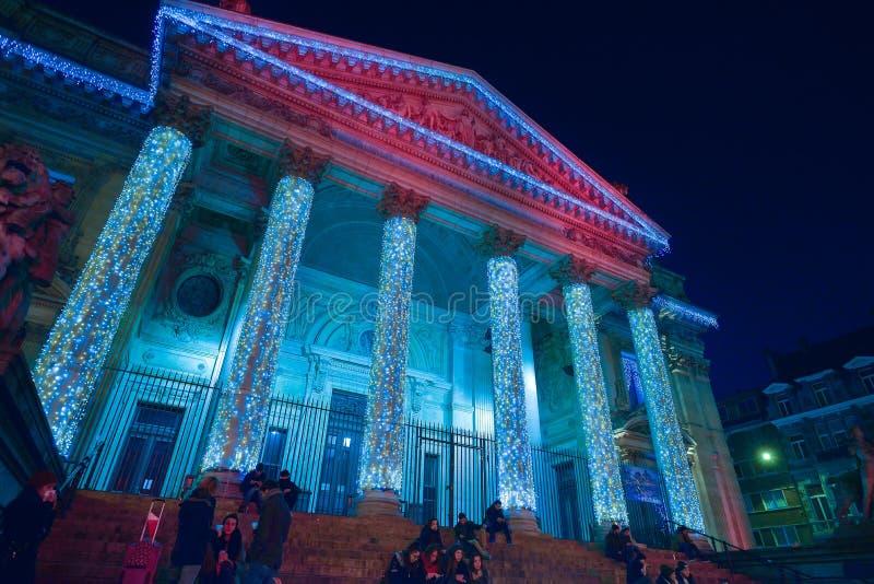 BRUSSEL, BELGIË - DECEMBER 05 2016 - Kerstmislichten toont op het Beursgebouw stock fotografie