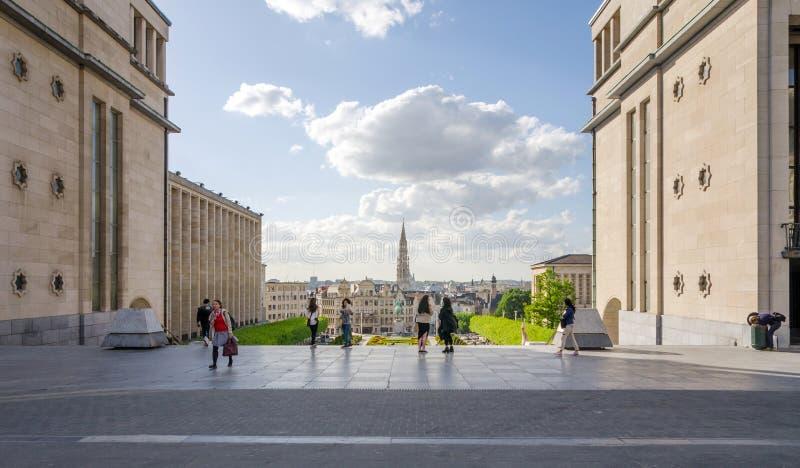 Brussel, België - Mei 12, 2015: Het toeristenbezoek Kunstberg of Mont des Arts (Onderstel van de kunsten) tuiniert in Brussel stock foto