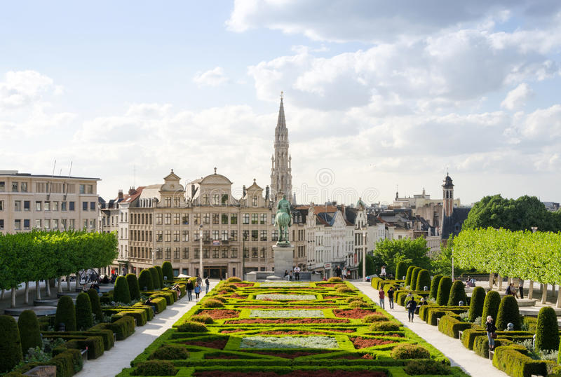 Brussel, België - Mei 12, 2015: Het toeristenbezoek Kunstberg of Mont des Arts (Onderstel van de kunsten) tuiniert in Brussel royalty-vrije stock foto's