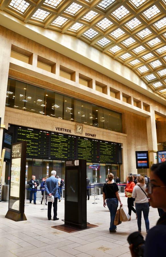 Brussel, België - Mei 12, 2015: Reizigers in de belangrijkste hal van het Centrale Station van Brussel royalty-vrije stock afbeelding