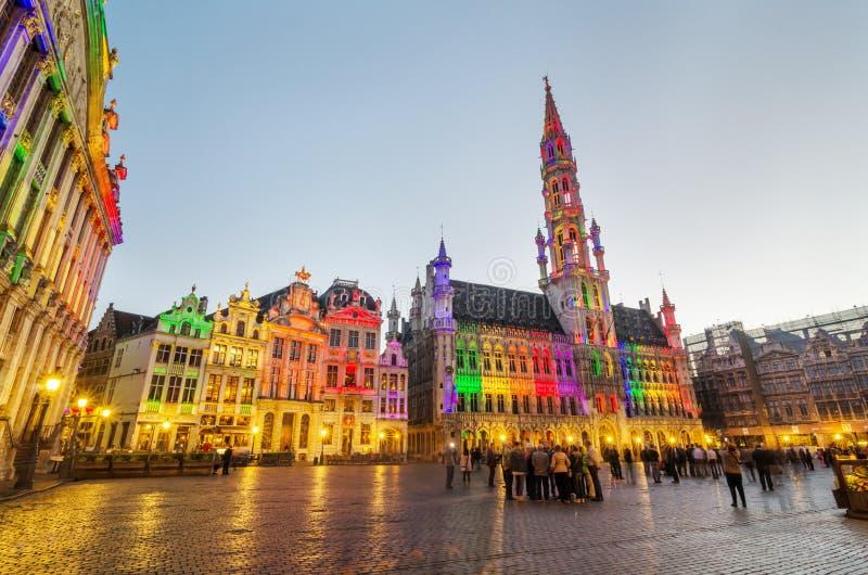 Brussel, België - Mei 13, 2015: Toeristen die beroemd Grand Place (Grote Markt) bezoeken het centrale vierkant van Brussel royalty-vrije stock afbeeldingen