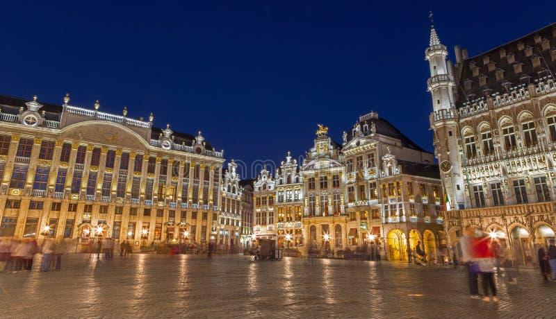 Brussel - het belangrijkste vierkant van Grote markt bij schemer stock fotografie