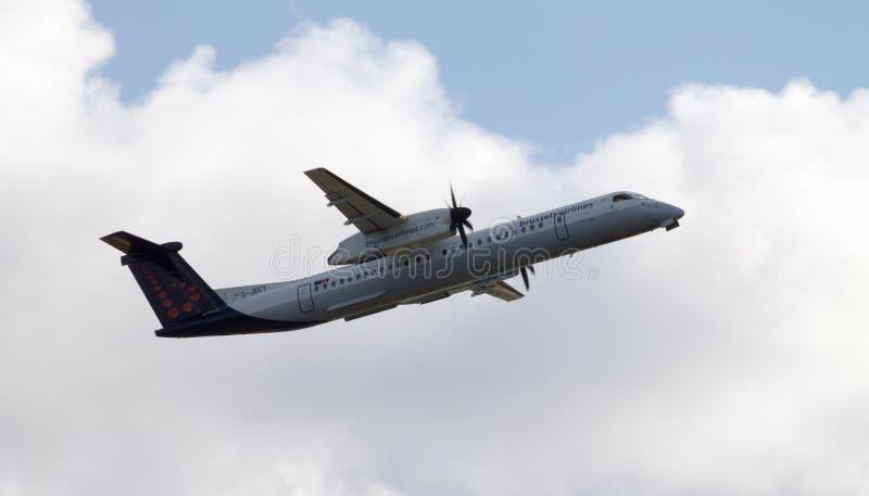 Brussels Airlines De Havilland Kanada bierze daleko obrazy royalty free