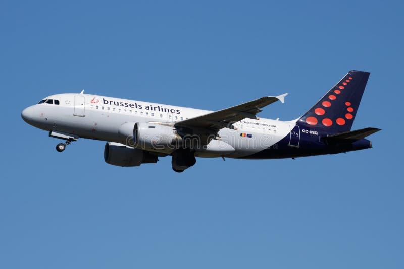 Brussels Airlines A319 OO-SSQ samolotu pasażerskiego odjazd przy Madryt Barajas lotniskiem fotografia royalty free