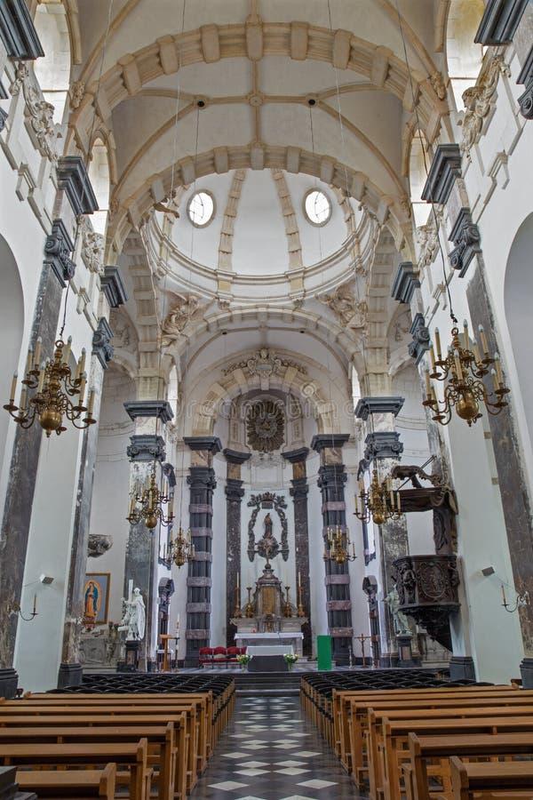 Brussesl - a nave e o altar principal de riquezas auxiliares Claires de Notre Dame da igreja foto de stock royalty free