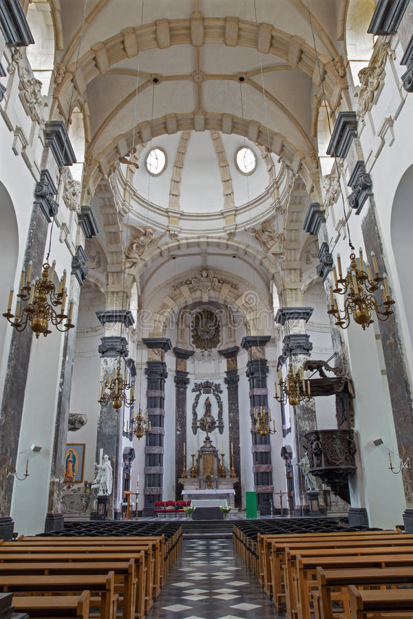 Brussesl - nave i magistrali ołtarz kościelni Notre Damae aux bogactwa Claires zdjęcie royalty free