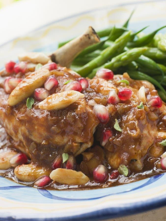 Brust des Huhns mit Granatapfel und Mandeln lizenzfreies stockbild