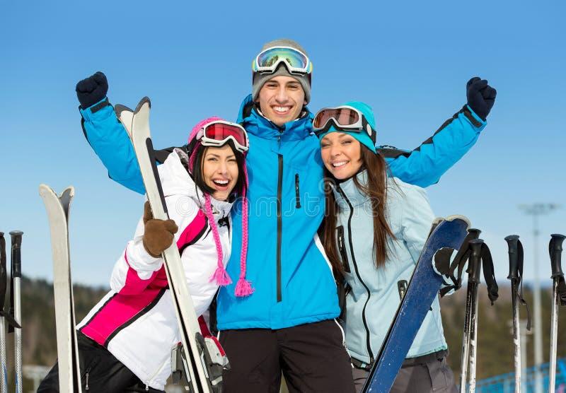 Brustbild der Gruppe Skifahrerfreunde mit den Händen oben stockfotos