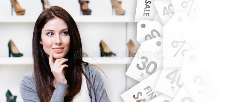 Brustbild der jungen Frau nach stilvollen Schuhen suchend lizenzfreies stockfoto