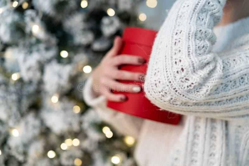 Brustbild des schönen blonden Mädchens, das mit Geschenk in den Händen aufwirft lizenzfreie stockbilder