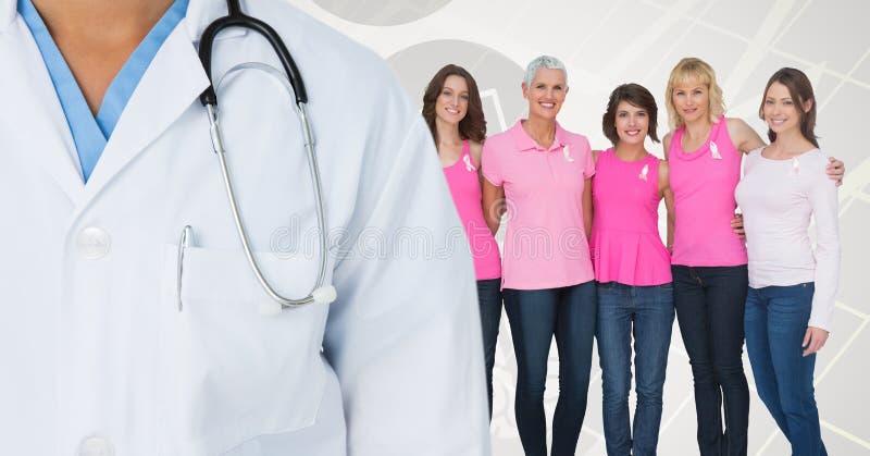Brustkrebsdoktor und -frauen mit rosa Bewusstseinsbändern lizenzfreie stockfotos