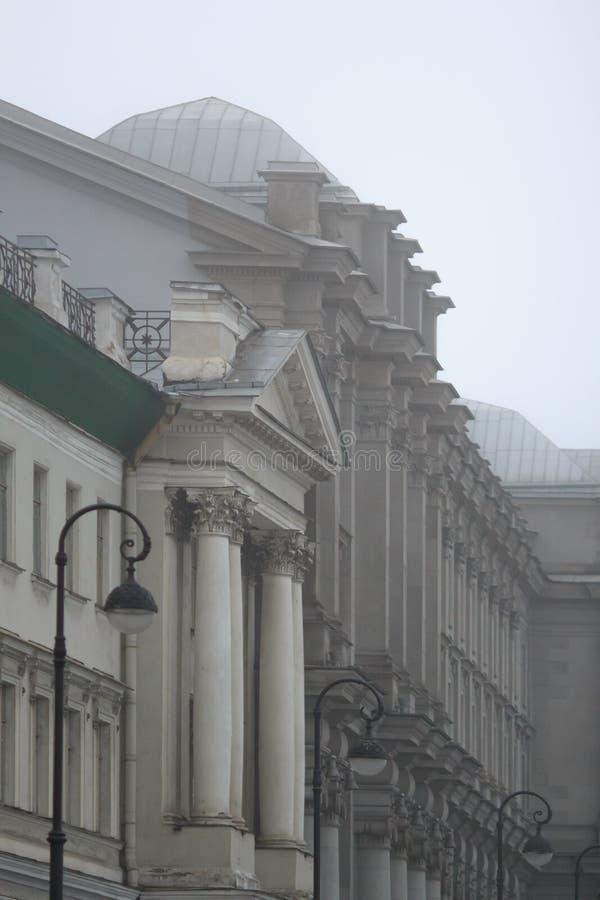 Brutal arkitektur med kolonner, stuckaturen och rytm av fönster royaltyfri bild