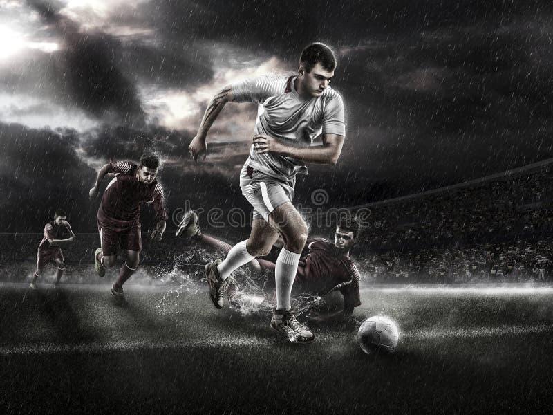Brutal fotbollhandling på den regniga sportarenan 3d mogen spelare med bollen royaltyfri fotografi