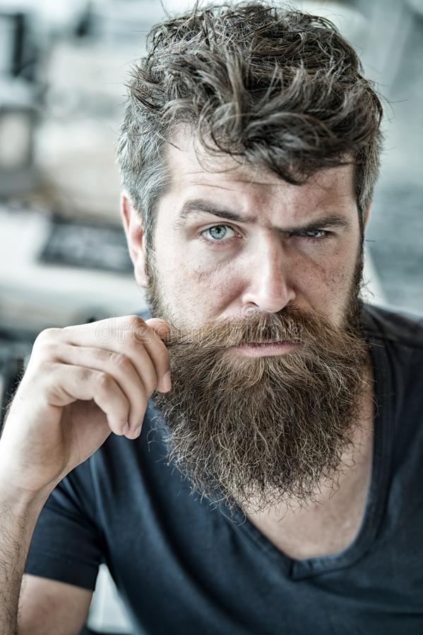 Brutal grabb för Hipster som vrider mustaschen Säkert brutalt uppsökt macho för man Att ansa och barberaren shoppar begrepp mascu royaltyfri fotografi
