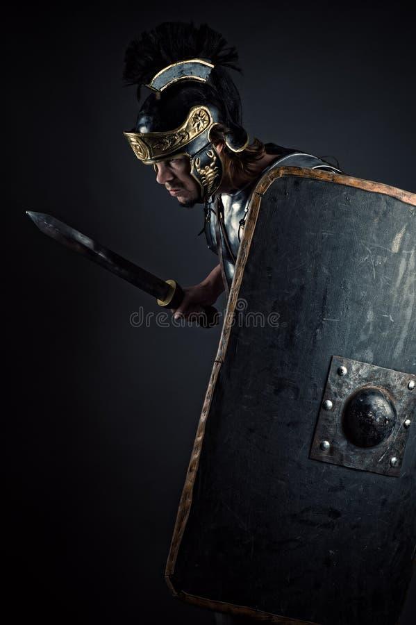 Brutal krigare med svärdet och skölden royaltyfria foton