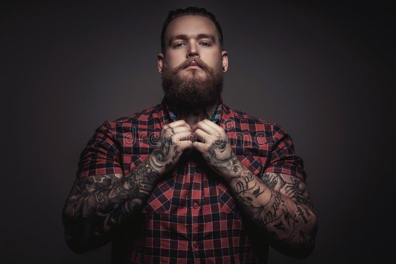 Brutal man med skägget och tattoes arkivbilder