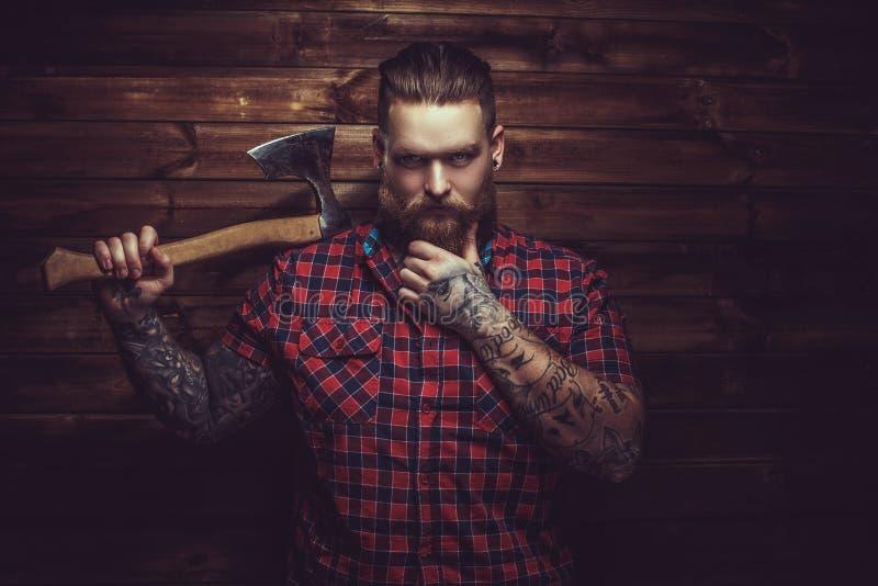Brutal man med skägget och tattooe royaltyfria bilder