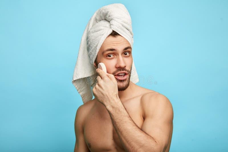 Brutala nakna manliga omsorger av skönhet och hud Ansikts- behandlingar royaltyfria bilder