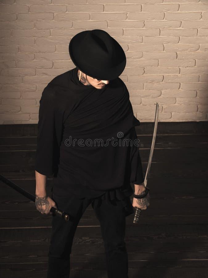 Brutala samurajer Krigare i den svarta hatten och kläder, bästa sikt arkivbilder