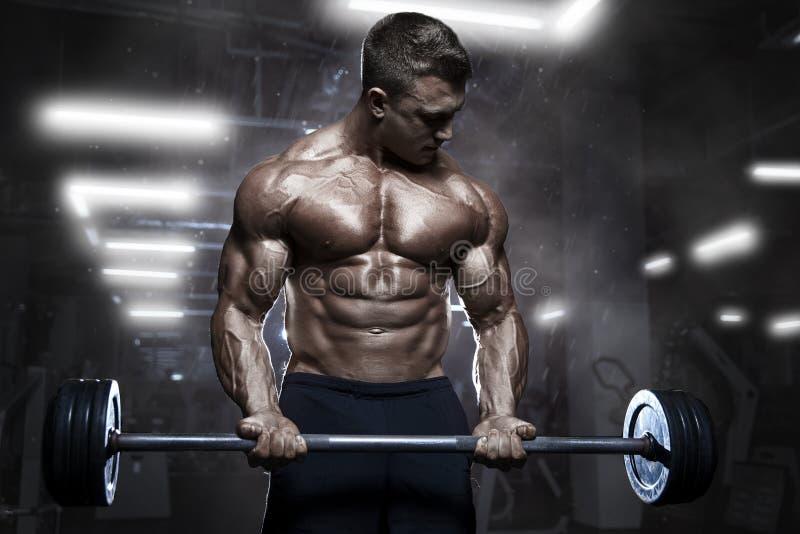 Brutale atletische spierbodybuildertraining met barbell bij gymnastiek royalty-vrije stock afbeelding