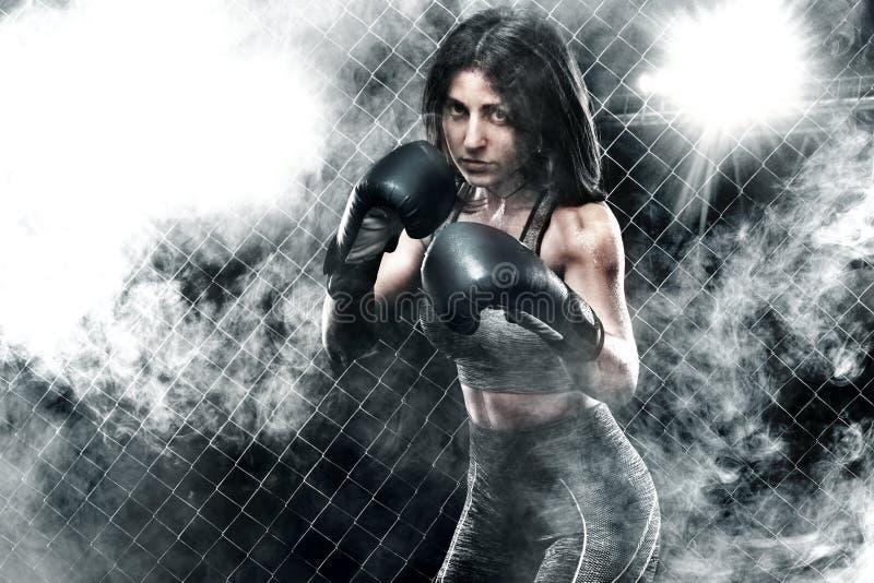 Brutale de vrouwen dichte omhooggaand van de Vechtersbokser Het concept van de sport stock foto's