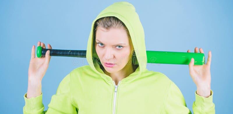 Brutale e spaccone La donna gioca a baseball il gioco o andare battere qualcuno Blu incappucciato della mazza da baseball della t fotografia stock libera da diritti