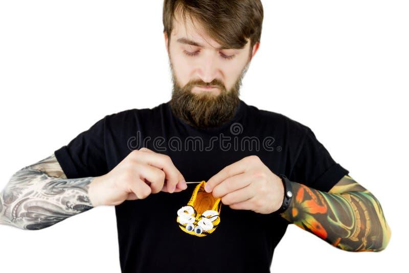 Download Brutale Mens Met Baard En Tatoegering Stock Foto - Afbeelding bestaande uit manier, liefde: 107701680