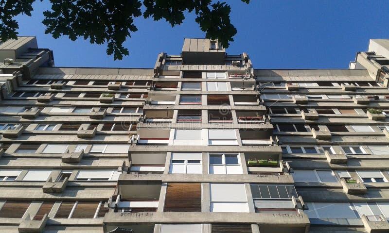 Brutalistisk arkitektur Novi Beograd Serbien arkivbilder