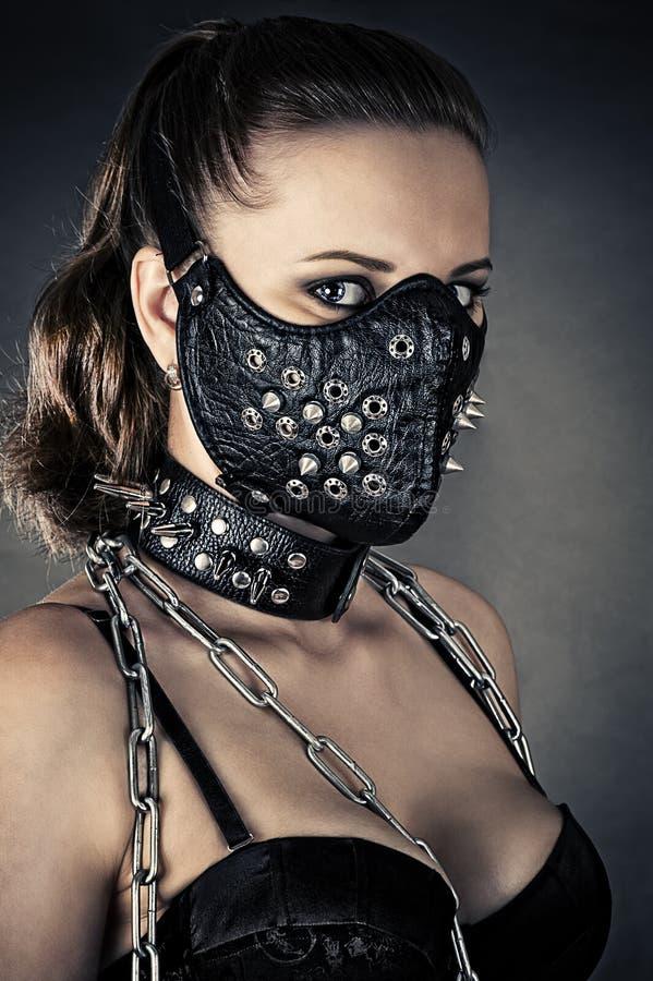 Brutalna kobieta z maskowymi kolcami obraz stock