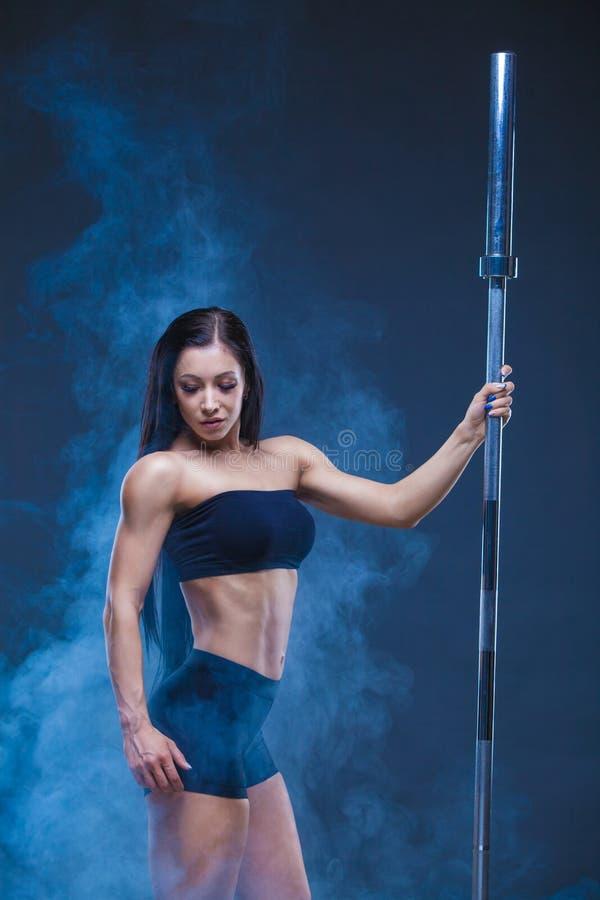 Brutalna sportowa seksowna kobieta trzyma barbell Pojęcie ćwiczenie bawi się, reklamujący gym odizolowywający na czerni obraz royalty free