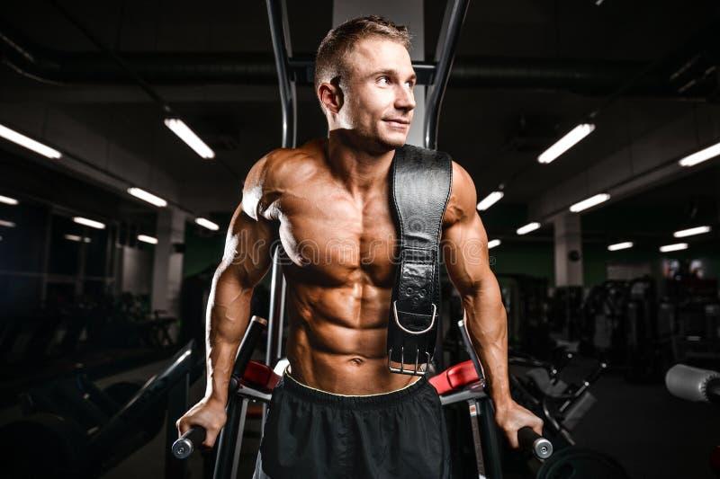 Brutalnego bodybuilder szkolenia potężne ręki, napierśniki i shoulde, zdjęcie stock