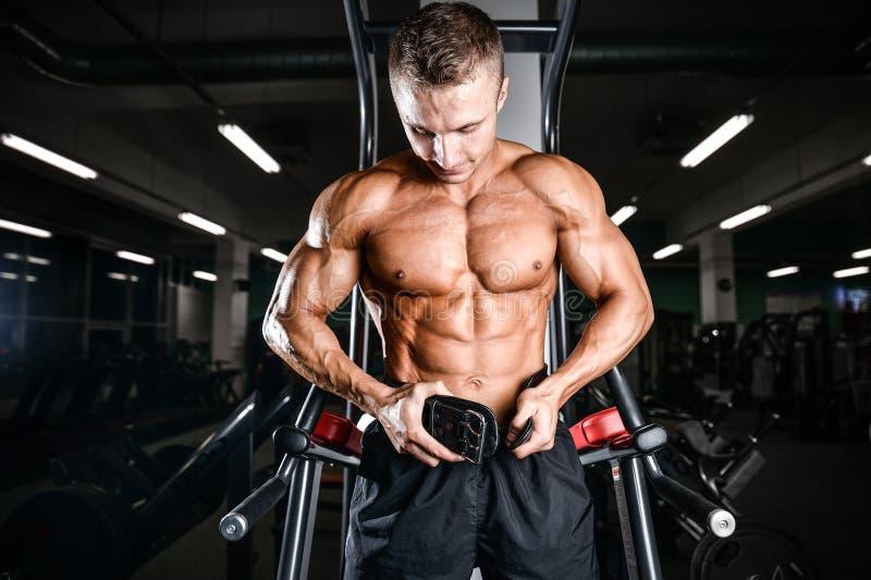 Brutalnego bodybuilder szkolenia potężne ręki, napierśniki i shoulde, zdjęcie royalty free
