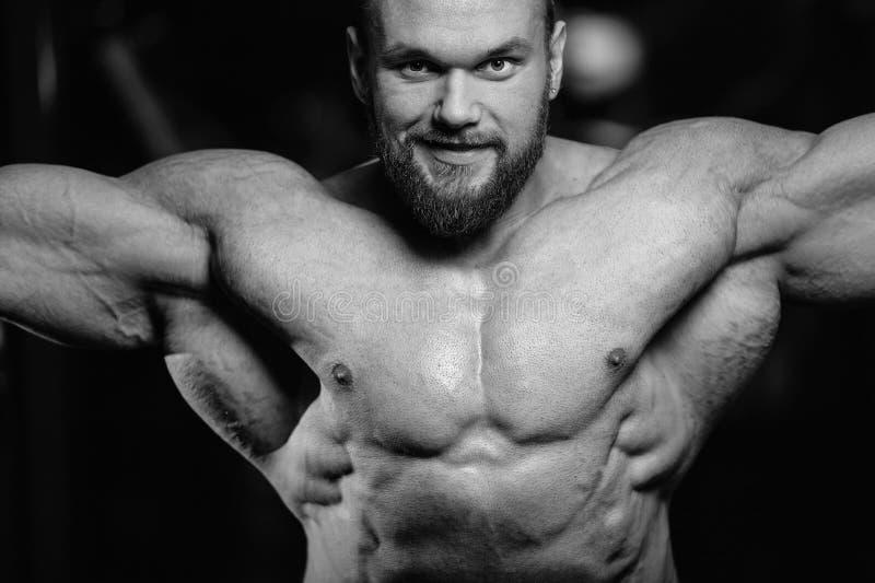 Brutalni caucasian przystojni sprawność fizyczna mężczyzna na diety klatki piersiowej stażowym puma fotografia royalty free