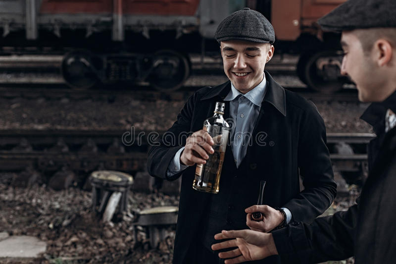 Brutalni gangstery pije na tle kolejowy fracht en obraz royalty free