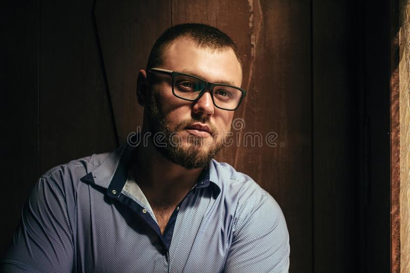 Brutalny brodaty mężczyzna z tatuażem na jego ręce, portret mężczyzna ja fotografia stock