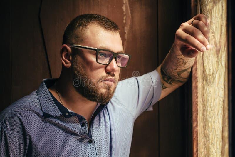Brutalny brodaty mężczyzna z tatuażem na jego ręce, portret mężczyzna ja obraz stock