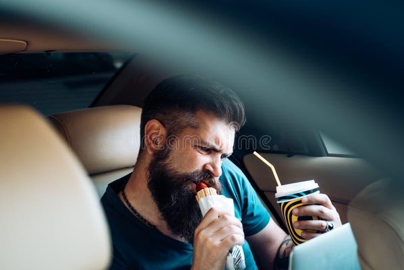 Brutalny caucasian modniś z wąsem Daleka praca kawa więcej czasu fast food - hot dog Męska fryzjer męski opieka Dojrzały modniś zdjęcia stock