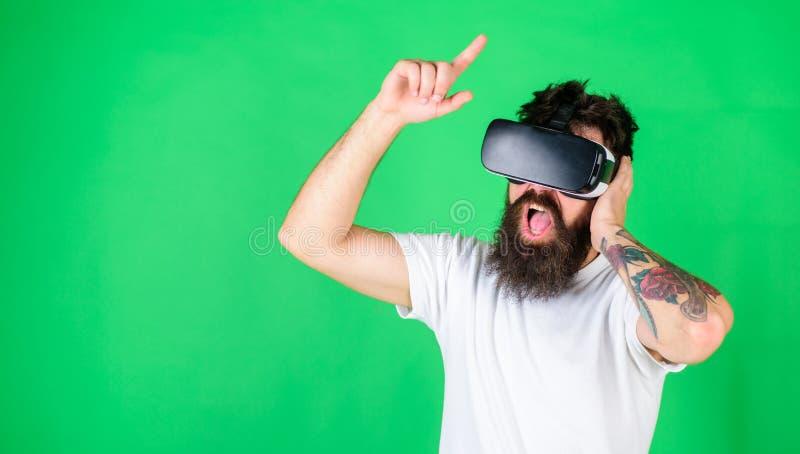 Brutalny mężczyzna z modnym brody i wąsy dopatrywania wideo rockowy koncert Brodaty mężczyzna cieszy się muzykalnego występ w VR obrazy royalty free