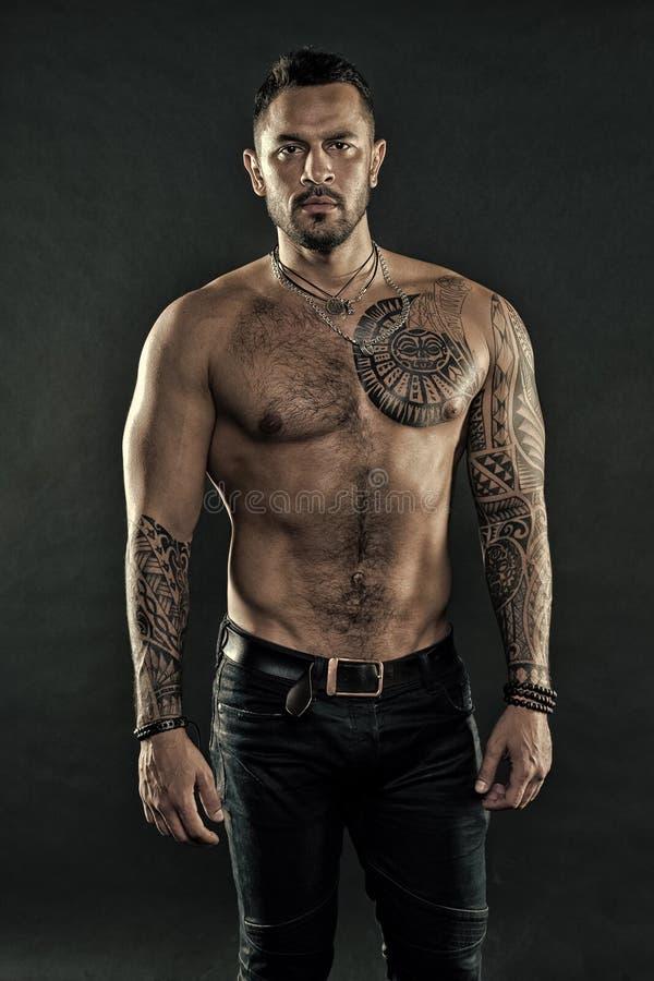 Brutalt strikt macho med tatueringar Manlighet och brutalitet Tatueringkulturbegrepp Brutalt attribut f?r tatuering Brutal man royaltyfri fotografi